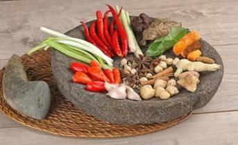 一張含有 食物, 桌, 坐, 盤 的圖片自動產生的描述