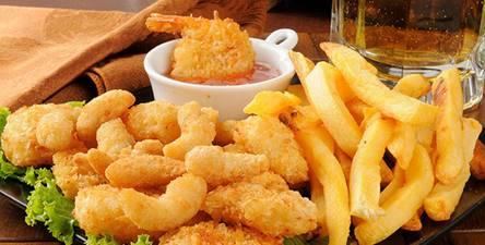 一張含有 食物, 桌, 薯條, 盤 的圖片自動產生的描述