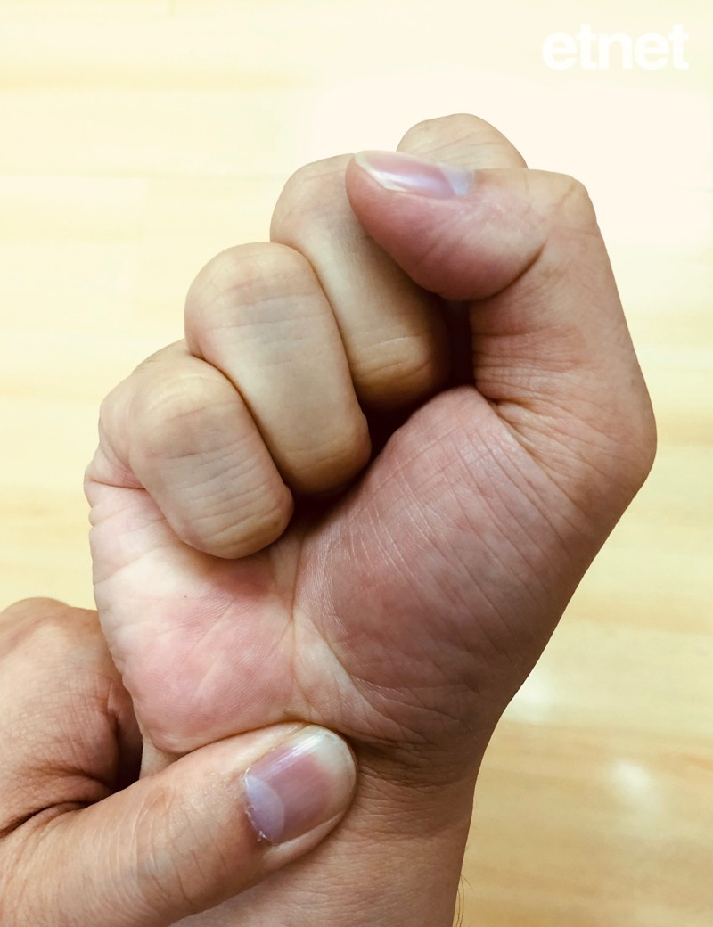 一張含有 手, 握住, 個人 的圖片自動產生的描述