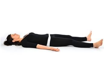 一張含有 鋪設, 服飾, 躺, 個人 的圖片自動產生的描述