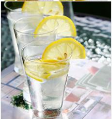 一張含有 杯子, 桌, 食物, 玻璃 的圖片自動產生的描述