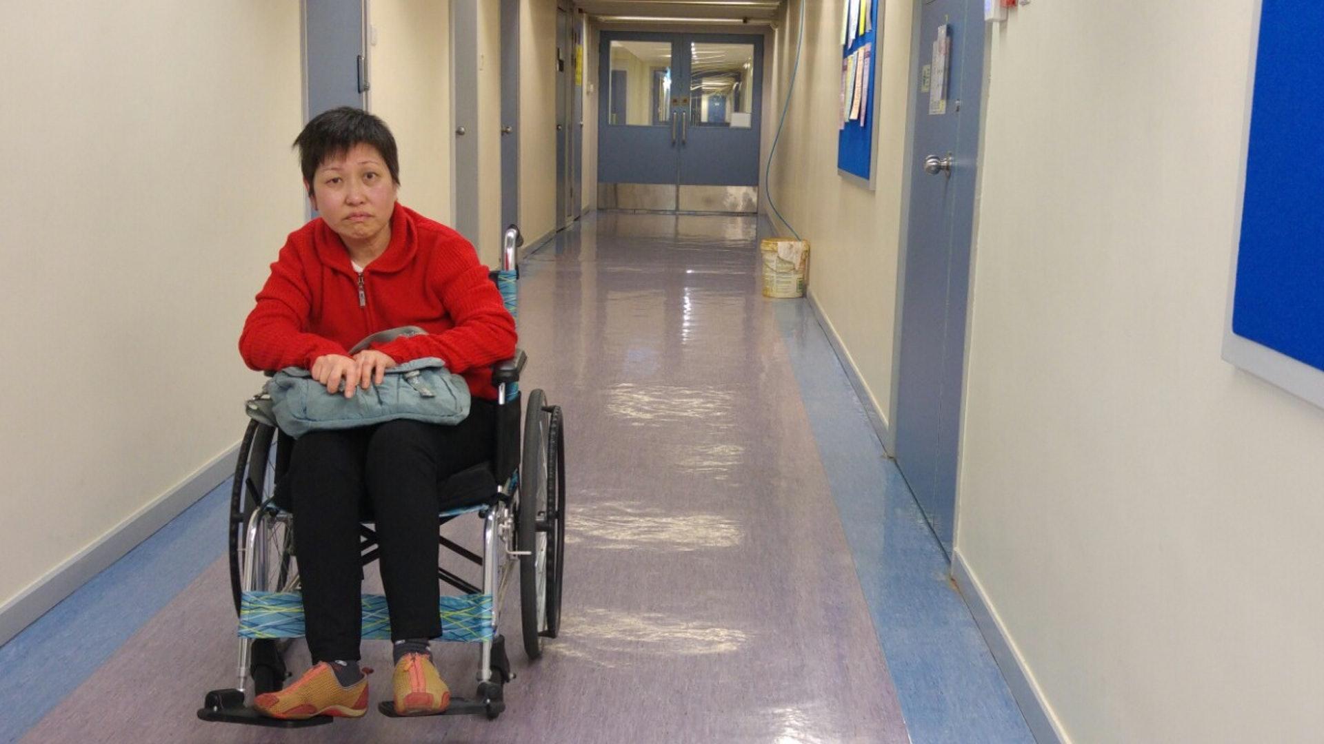原本任職護士的李巧之,患病10年,現在需要輪椅代步。(張美蘭攝)