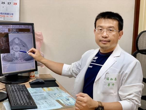 活力得中山脊椎外科醫院院長楊椒喬以新式頸椎內視鏡後開手術治療頸椎骨刺病患。(圖:活力得中山脊椎外科醫院提供)