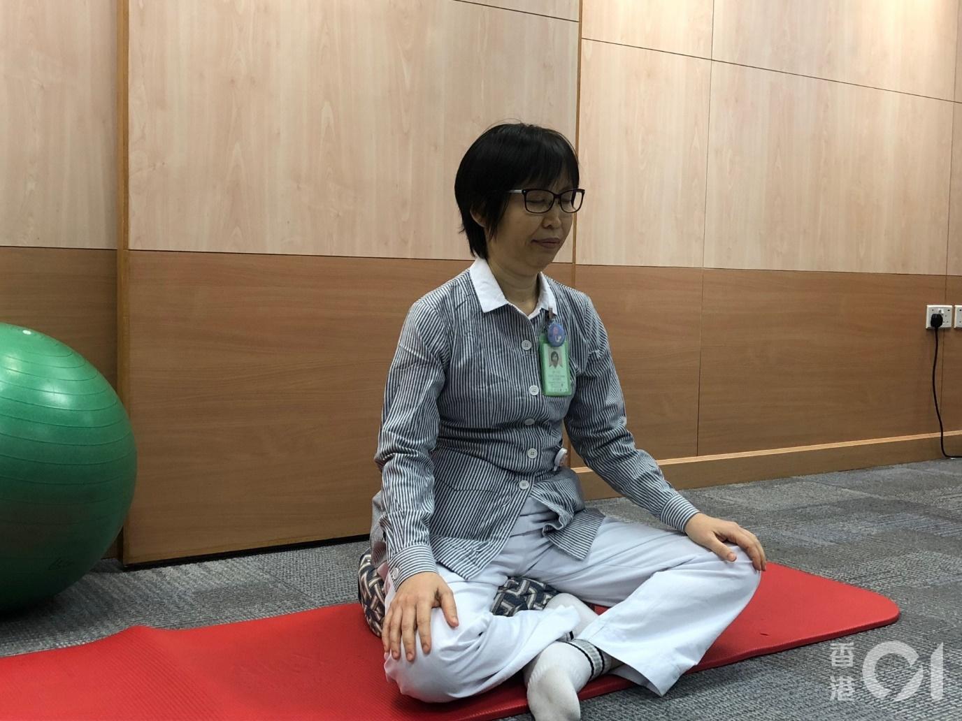 新界東醫院聯網婦產科病署理助產士顧問唐永紅示範靜觀呼吸法。(胡家欣攝)