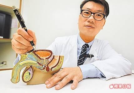醫師指著模型解釋,可能膀胱肌肉受神經異常傳導影響而不斷收縮,導致膀胱過動症。胡瑞麒攝
