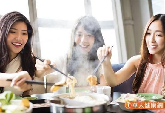快過年了,家家戶戶正準備年菜,像是佛跳牆、火鍋、豬腳等大魚大肉都不可少,小心攝取過多高油、高熱量食物,恐膽結石來報到。