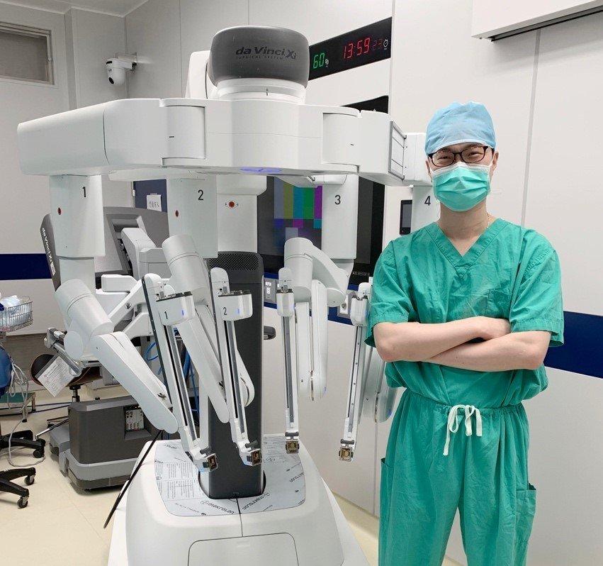 巨大卵巢囊腫病患,若曾有腹膜炎、做過腹腔手術者,建議採機器手臂輔助的腹腔鏡手術治...