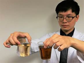 醫師指出,正常尿液的顏色為淡黃色似綠茶(左),會因喝水量而有濃淡之別。當出現深茶...